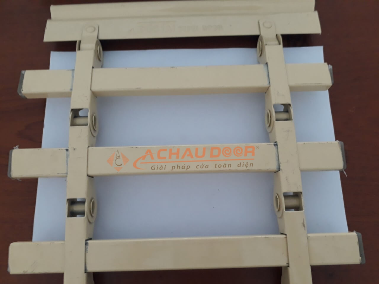 thanh cửa cuốn song vuông được sơn tĩnh điện màu vàng kem