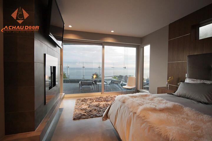 cửa hướng ra ban công cho phòng ngủ
