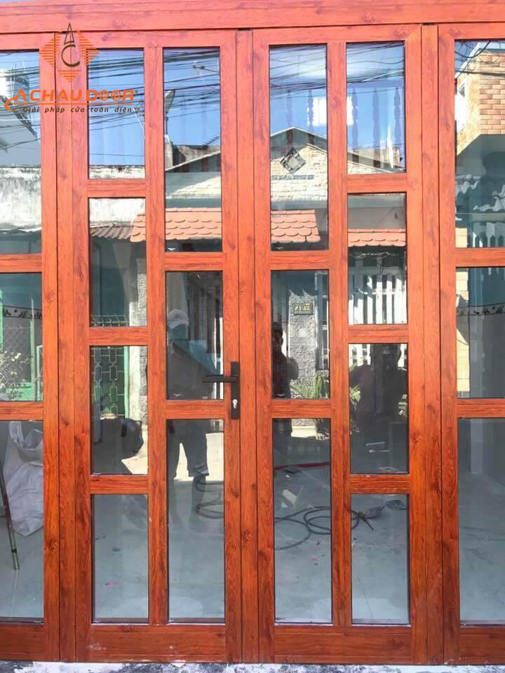 Mẫu cửa nhôm xingfa vân gỗ chia đố