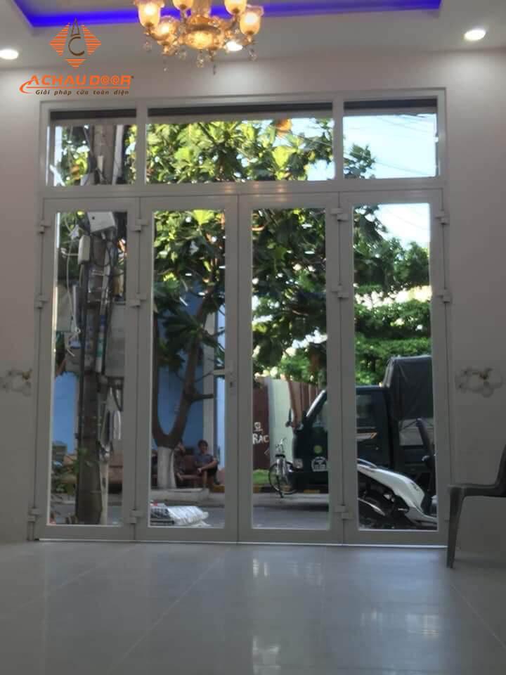 cửa kính khung nhôm 4 cánh mở quay