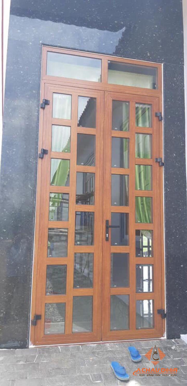 cửa đi mở quay 2 cánh nhôm xingfa vân gỗ