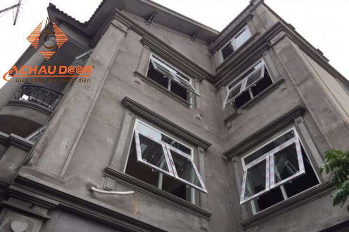 Thi công lắp đặt cửa sổ mở hất 2 cánh nhôm kính