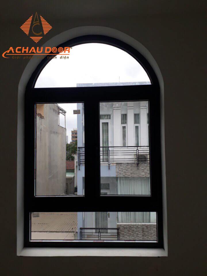 Cửa sổ với mái vòm uốn cong