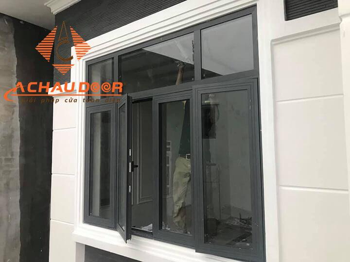 Mẫu cửa sổ 4 cánh mở quay nhôm Xingfa màu đen